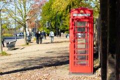 Cabina de teléfono roja de Londres en un parque imagenes de archivo