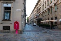 Cabina de teléfono rosada de Torino en el centro de la ciudad imagenes de archivo