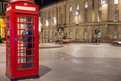 Cabina de teléfonos británica roja clásica, escena de la noche Foto de archivo libre de regalías