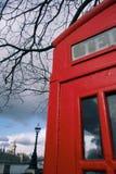 Cabina de teléfonos de Londres y casas rojas del parlamento Fotos de archivo libres de regalías