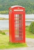 Cabina de teléfonos por el mar. Imagenes de archivo