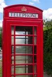 Cabina de teléfonos roja con el cielo azul Fotografía de archivo libre de regalías