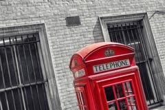 Cabina de teléfonos roja del vintage en Londres Foto de archivo libre de regalías
