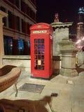 Cabina de teléfonos roja en la noche fotografía de archivo