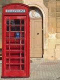 Cabina de teléfonos roja tradicional en Malta Imágenes de archivo libres de regalías