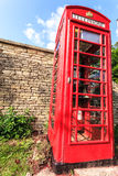 Cabina de teléfonos roja tradicional en Reino Unido Fotos de archivo libres de regalías