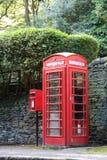 Cabina de teléfonos roja y caja del poste imagen de archivo libre de regalías