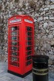 Cabina de teléfonos y cubo de la basura británicos Fotografía de archivo