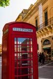 Cabina de tel?fonos roja de brit?nicos del vintage en la ciudad antigua de La Valeta foto de archivo