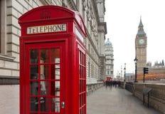 Una vista de Big Ben y una caja roja clásica del teléfono en Londres, unidas Fotos de archivo
