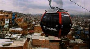 Cabina de Transmicable que transporta a los habitantes de Bogotá imágenes de archivo libres de regalías
