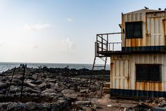 Cabina deacyed lato della spiaggia immagine stock libera da diritti