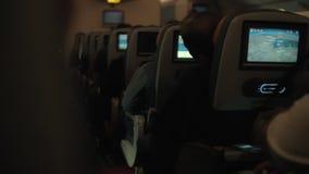 Cabina del aeroplano con los pasajeros durante vuelo nocturno metrajes
