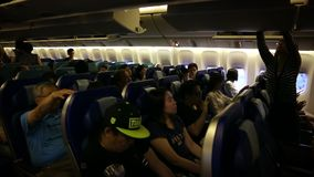 Cabina del aeroplano con los pasajeros que sientan y que esperan el avión para sacar metrajes