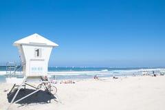 Cabina del bagnino in spiaggia pacifica Immagine Stock Libera da Diritti