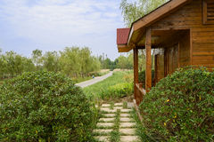 Cabina del borde del camino en arbustos en día de verano soleado Fotos de archivo libres de regalías
