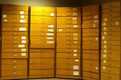 Cabina del colector de madera viejo con las etiquetas engomadas Fotos de archivo