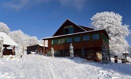 Cabina del esquí en paisaje hermoso en las montan@as Foto de archivo libre de regalías