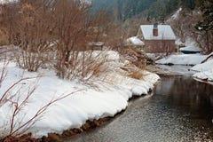 Cabina del invierno en la nieve Imagen de archivo