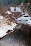 Cabina del invierno en la nieve Fotos de archivo
