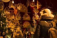 Cabina del mercado de la Navidad con las decoraciones de madera hermosas Fotografía de archivo