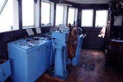 Cabina del remolcador - rueda y tablero de instrumentos de madera Imagenes de archivo