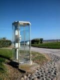 Cabina del teléfono público por el mar Fotografía de archivo libre de regalías