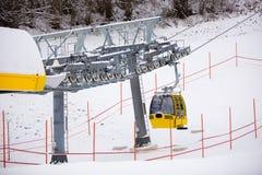 Cabina dell'ascensore di sci sul pendio dello sci alle alpi austriache Fotografia Stock Libera da Diritti