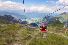 Cabina della cabina di funivia sul modo a più vetroso in alpi austriache Fotografie Stock