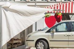 Cabina della fragola al mercato degli agricoltori Fotografia Stock