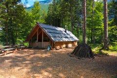Cabina della montagna, Camera in alpi europee, valle di Logarska, Slovenia del bruciatore di carbone Fotografia Stock Libera da Diritti