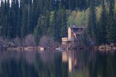 Cabina della riva del lago Fotografia Stock