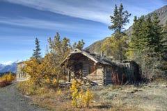 Cabina di ceppo abbandonata nel Yukon fotografia stock libera da diritti