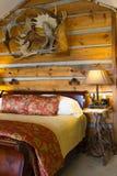 Cabina di ceppo con il letto Fotografie Stock Libere da Diritti