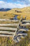 Cabina di ceppo lungo un'insenatura nella regione selvaggia Fotografia Stock