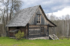 Cabina di ceppo sola circondata da paesaggio rurale fotografia stock