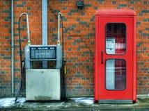 Cabina di chiamata e pompa di riempimento Fotografie Stock Libere da Diritti