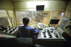 Cabina di controllo dentro con il lavoratore. Fotografie Stock Libere da Diritti