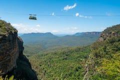 Cabina di funivia al mondo scenico nelle montagne blu Fotografie Stock