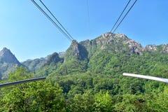 Cabina di funivia alla cima della montagna nel parco nazionale di Seoraksan Immagine Stock