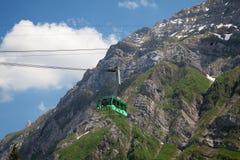 Cabina di funivia in alpi Immagini Stock Libere da Diritti