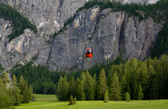 Cabina di funivia in alpi. L'Italia Immagini Stock Libere da Diritti