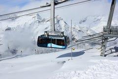 Cabina di funivia in alpi svizzere Stazione della sommità di Rothorn, Valais, Swizterland Fotografie Stock