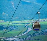 Cabina di funivia alpina di estate Fotografia Stock