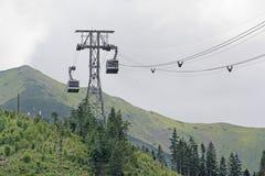Cabina di funivia alta nelle montagne Fotografia Stock Libera da Diritti