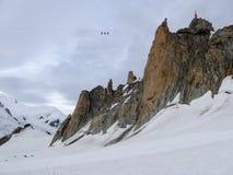 Cabina di funivia alta su sopra un ghiacciaio nelle alpi con un fondo di panorama della montagna Fotografie Stock Libere da Diritti