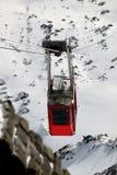 Cabina di funivia in alte montagne Fotografia Stock