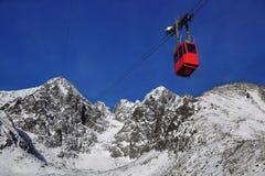 Cabina di funivia in alte montagne Fotografie Stock Libere da Diritti