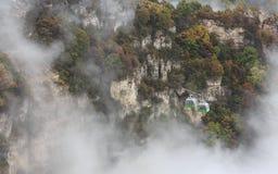 Cabina di funivia attraverso la foschia, autunno Immagine Stock