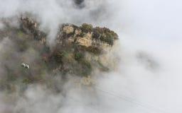 Cabina di funivia attraverso la foschia, autunno Fotografia Stock Libera da Diritti